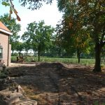 Rondom het huis wordt de tuin gestript